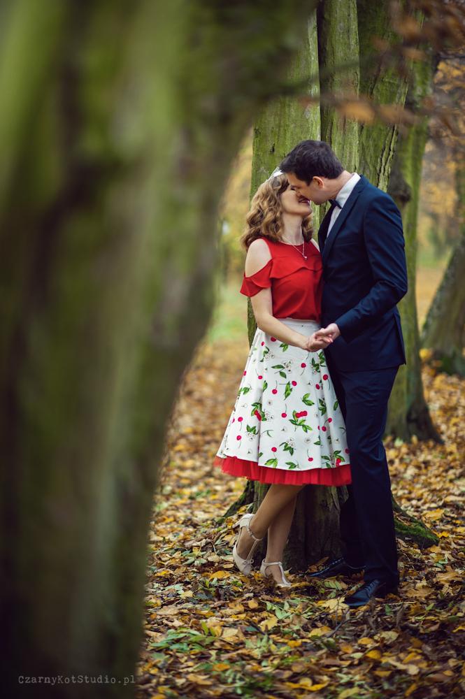 całująca się para w parku
