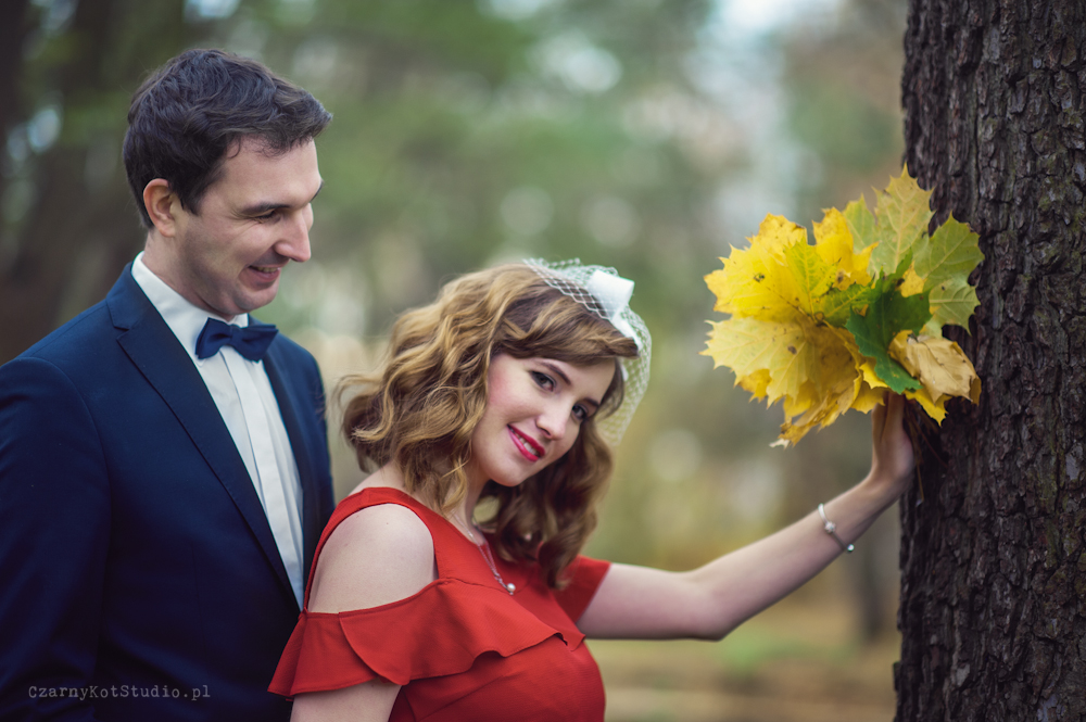 romantyczny plener ślubny wsród liści, spadające liście i piękno otaczających nas kolorów