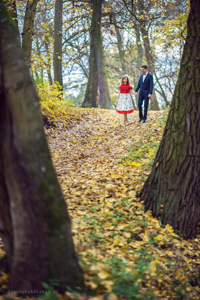 spacerująca po parku para młoda