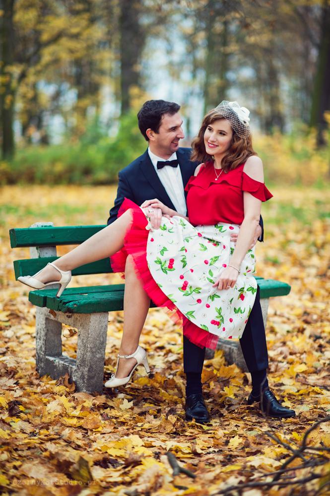 zakochana para młoda na ławce w parku
