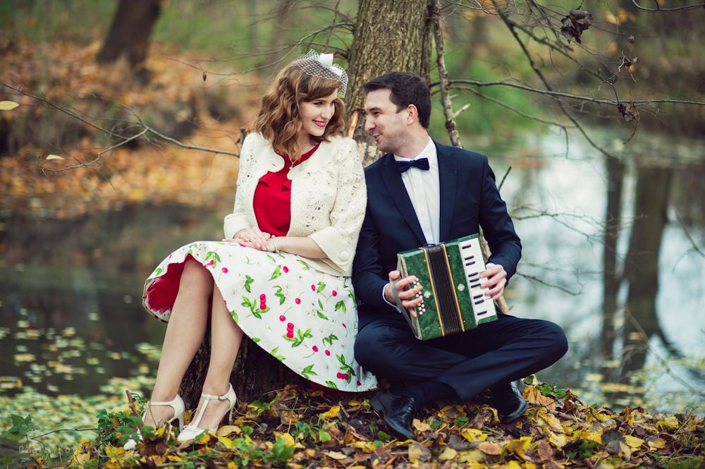 pan młody gra na akordeonie podczas pleneru ślubnego