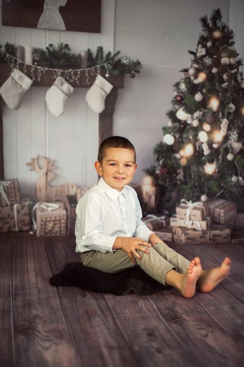 Elegancki młody chłopiec na sesji świątecznej