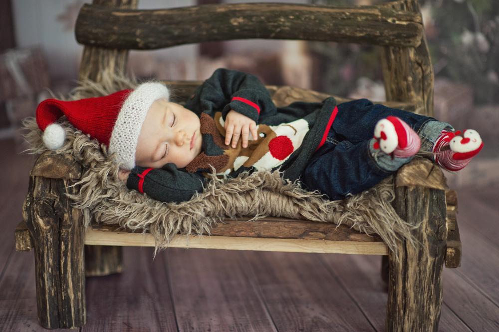 artystyczne zdjęcie maluszka w czapce mikołaja