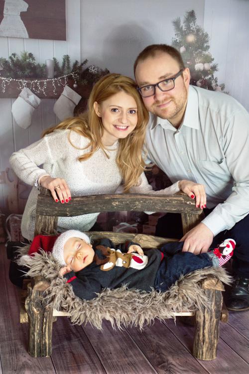 Najpiękniejsza sesja rodzinna z niemowlakiem na drewnianej ławeczce