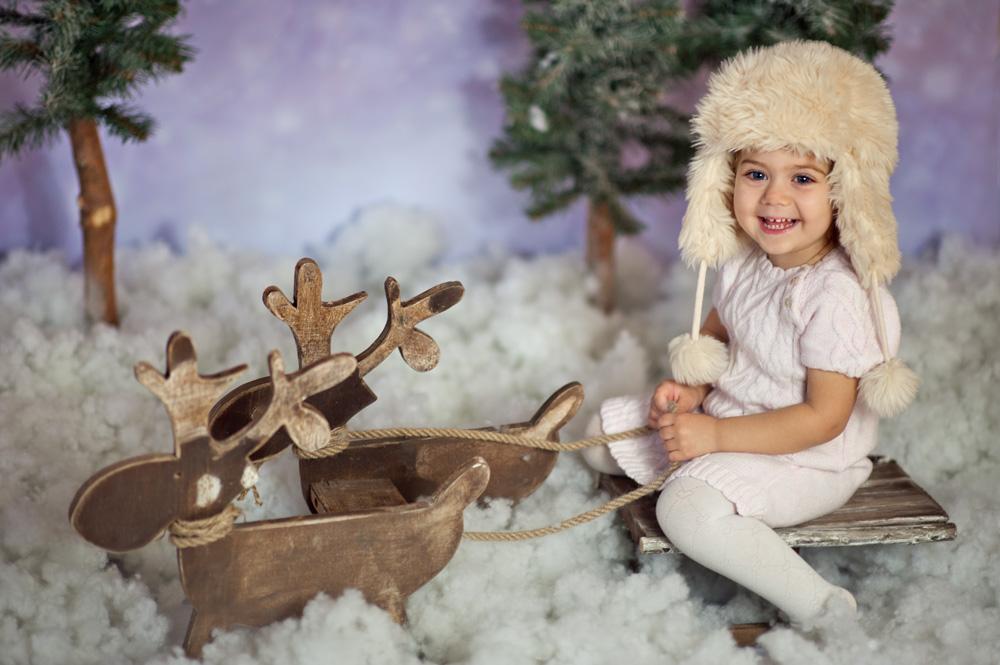 radosne dziecko na zaprzęgu reniferów
