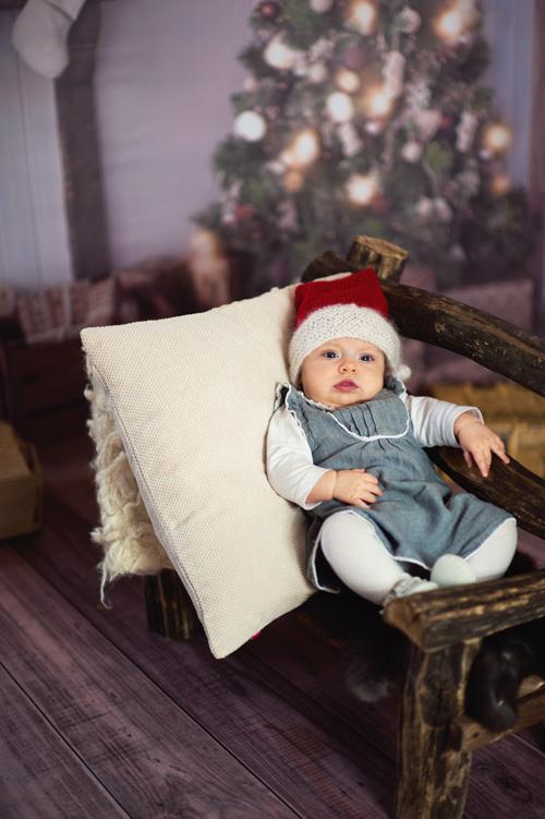 piękna sesja niemowlaka na drewnianej ławeczce