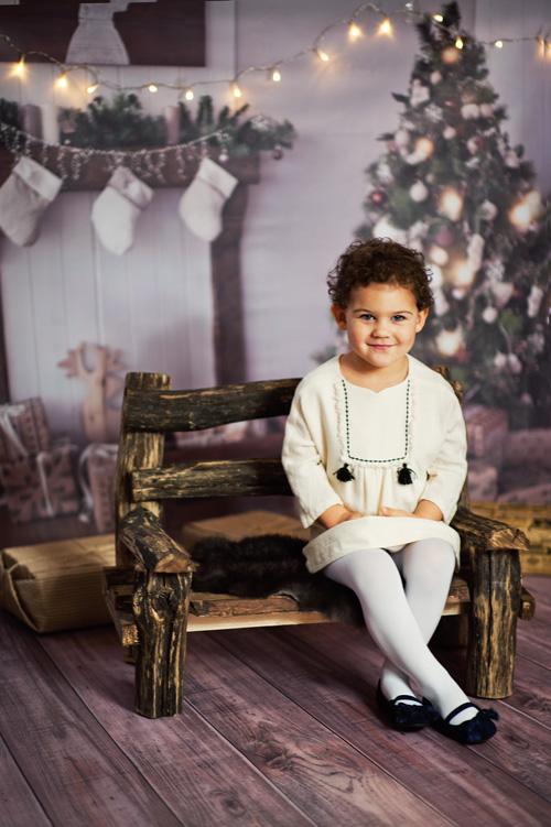 piękna sesja dziecięca na drewnianej ławeczce