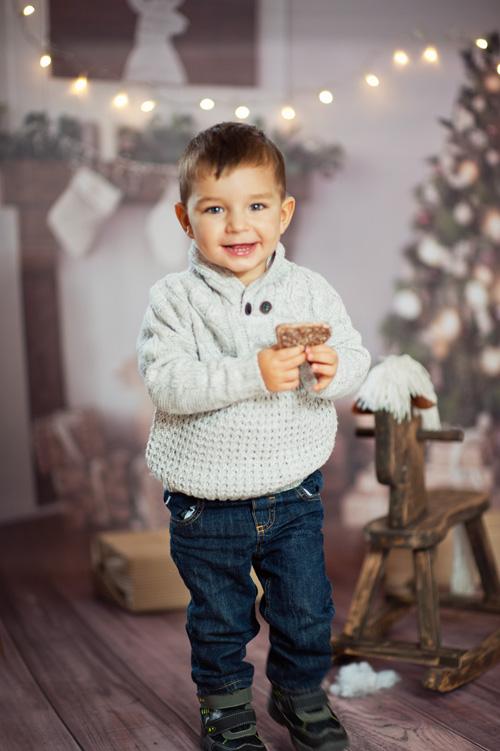 radosne dziecko ze świątecznym piernikiem
