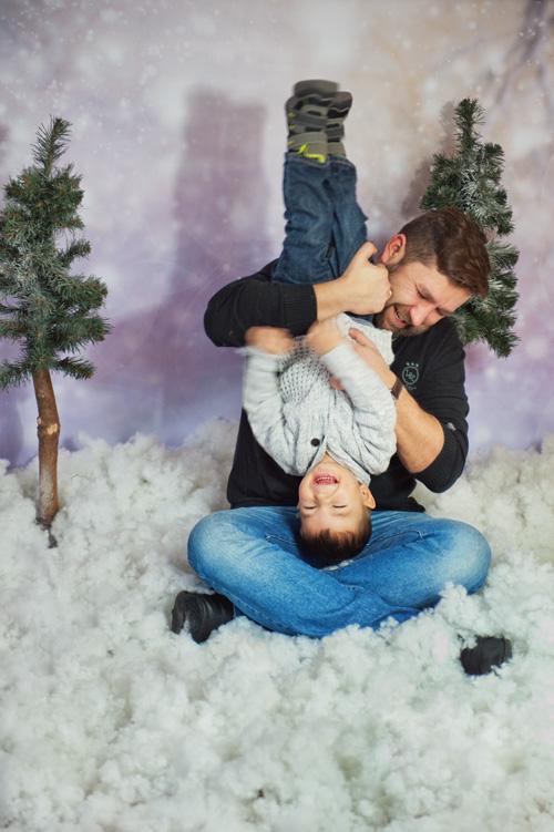 radosne rodzinne święta w śniegu
