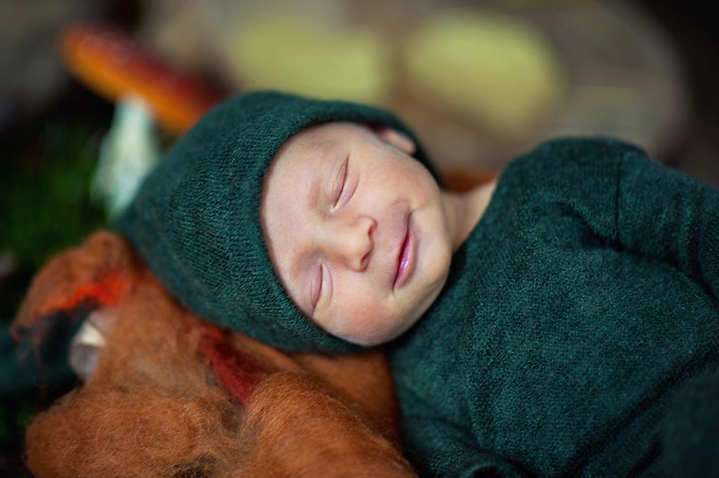 uśmiech noworodka, krasnalek, sesja fotograficzna noworodka