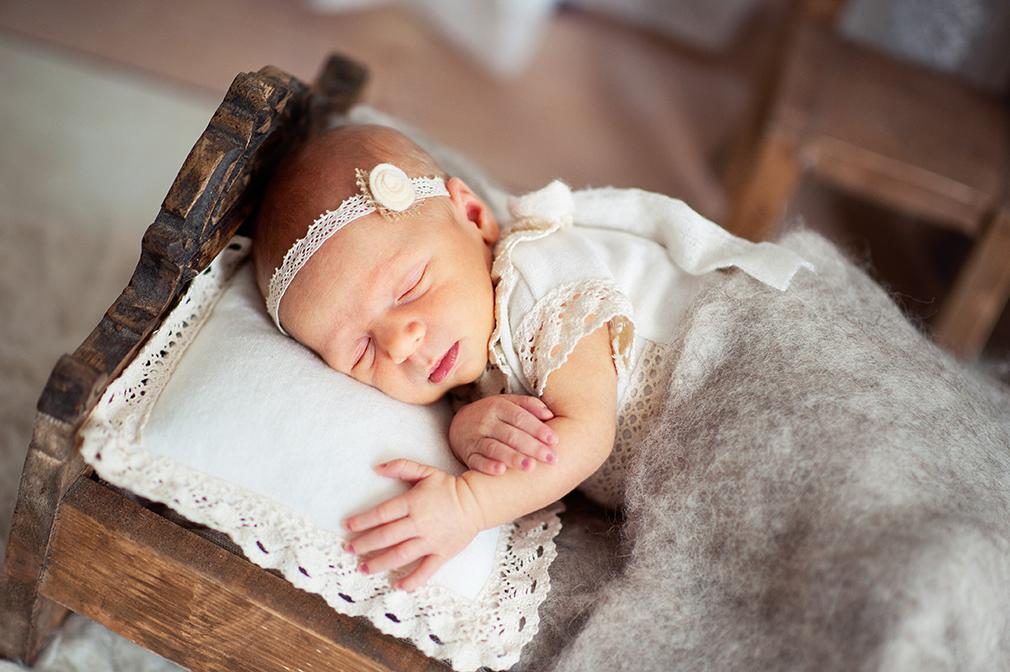 śpiący noworodek, nowo urodzony maluszek. sesja do 14 dnia