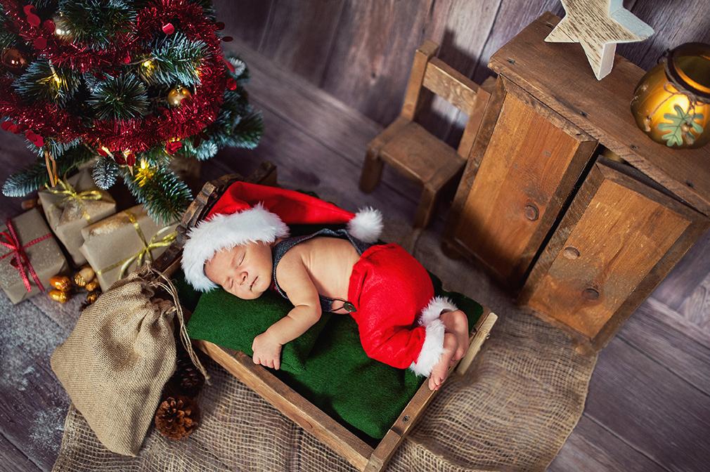 maluszek na sesji, mikołaj i choinka, świąteczny czas, sesja zdjęciowa, świąteczna sesja noworodkowa