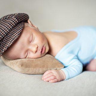 kaszkiecik dla noworodka, sesja zdjęciowa noworodków, czarny kot studio, studio fotograficzne w golinie