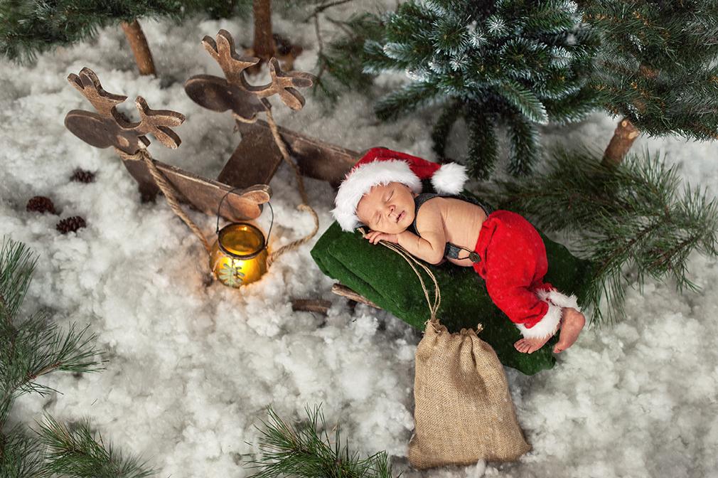 zimowa sesja noworodkowa, renifery i mikołaj, zaprzęg reniferów, śpiący mikołaj, sesja zdjęciowa noworodkowa, fotograf dziecięcy