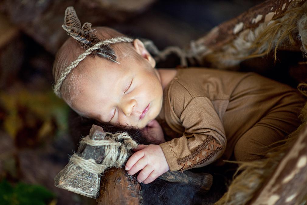 noworodek jako Indianin, pomysły na sesję noworodkową, sesja zdjęciowa od pierwszych dni