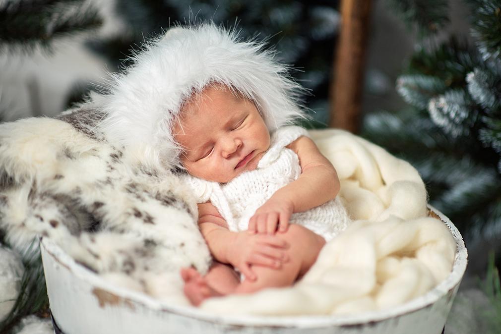 noworodek zimą, sesja zdjęciowa dziecka, śpiący noworodek