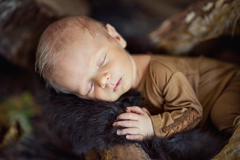 sesja noworodkowa w plenerze, Indianin, zdjęcia noworodkowe, tipi do sesji noworodkowej