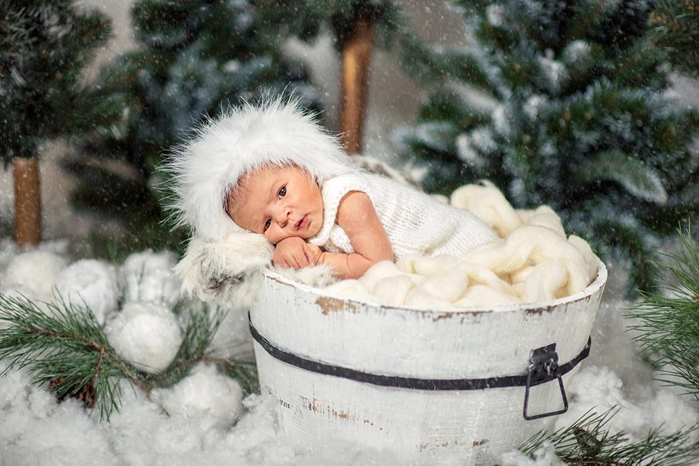 czarny kot studio, sesja zimowa noworodka, fotografia noworodkowa konin, padający śnieg, puszysta czapa