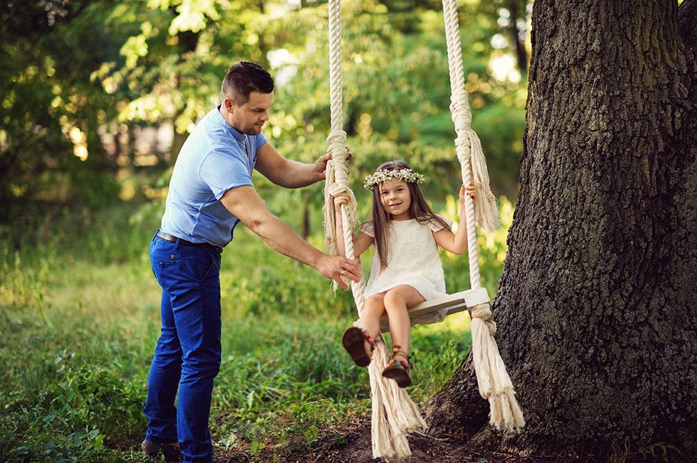 fotografia rodzinna w plenerze, tata z córką, huśtawka do sesji