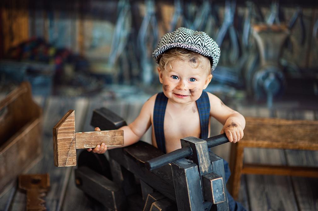 czarny kot studio, sesja niemowlęca konin, mały mechanik na sesji
