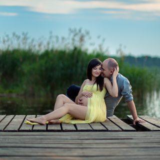 sesja ciążowa w naturze, jezioro, zachód słońca, para oczekująca dziecka