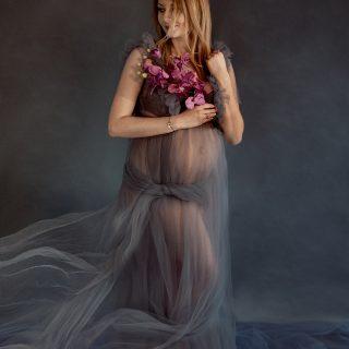 czarny kot studio, kreatywna sesja ciążowa, profesjonalne studio fotograficzne w koninie