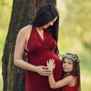czerwona suknia ciążowa, rodzinna sesja ciążowa, fotografia w ciąży, sesje z dziećmi