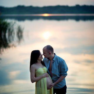 sesja ciążowa nad wodą, zachód słońca