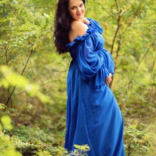 przyszła mama, sesja w plenerze, niebieska suknia ciążowa