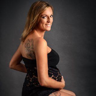 sesja ciążowa w studiu, czarne body do sesji ciążowej