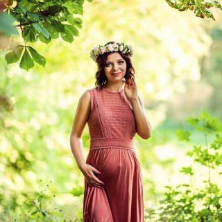 przyszła mama w plenerze, plenerowa sesja ciążowa, macierzyństwo, wianek do sesji