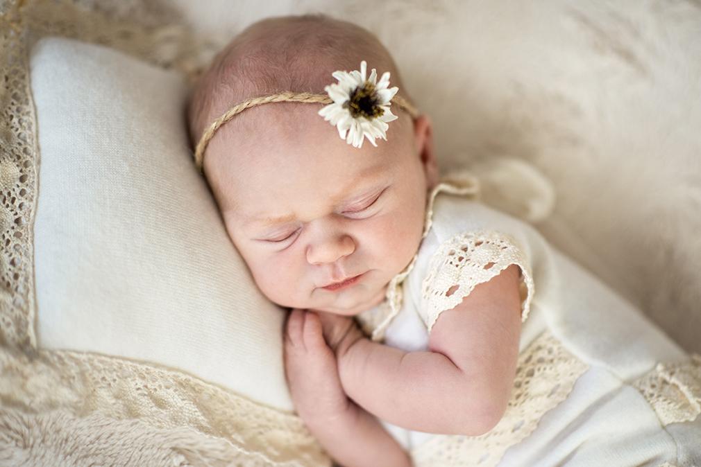 śpiący noworodek na sesji noworodkowej