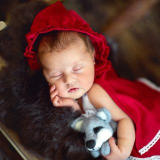 czerwony kapturek, noworodek na sesji, czarny kot studio, sesja noworodkowa w koninie