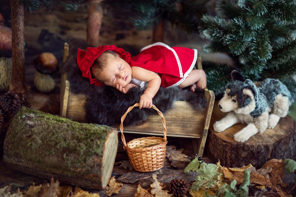 indywidualne warsztaty fotografii noworodkowej, kreatywna fotografia noworodkowa, zdjęcia noworodków, czerwony kapturek, czarny kot studio
