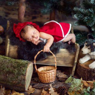 czerwony kapturek, stylizowana sesja noworodkowa, czarny kot studio