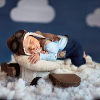 sesja zdjęciowa noworodkowa, noworodek podczas sesji zdjęciowej, fotografia noworodkowa