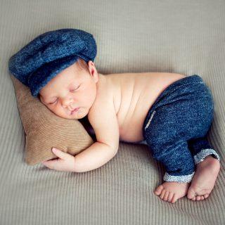 noworodek na sesji zdjęciowej, zdjęcia noworodków, sesja noworodkowa
