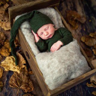 noworodek na sesji, zdjęcia dziecięca, czarny kot studio, fotografia noworodkowa