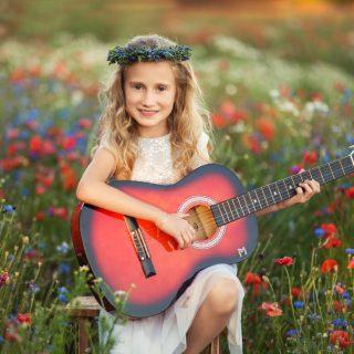 plener komunijny, sesja dziecięca z gitarą, czarny kot studio