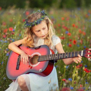 plener komunijny, sesja w kwiatach, plener zdjęciowy, zdjęcia dzieci
