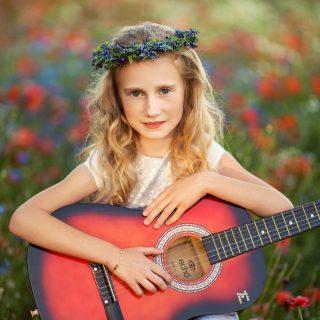 czarny kot studio, sesja dziecięca w kwiatach, maki , gitara, dziewczynka