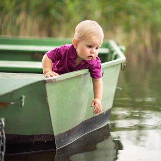 letni plener rodzinny, sesja dziecięca, zdjęcia nad wodą , fotograf konin