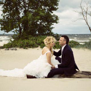 sesja ślubna na plarzy, pomysł na sesję nad morzem, fotograf konin