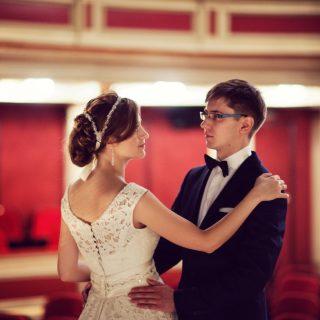 sesja ślubna plenerowa w teatrze, poznań