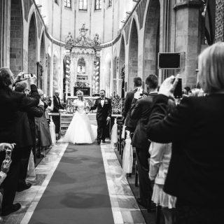 wyjście z kościoła młodożeńców, fotograf ślubny gniezno