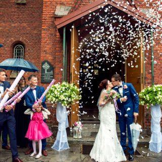 wyjście z kościoła pary młodej, fotograf na ślub konin toruń, koło