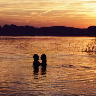 zachód słońca nad wodą, sesja plenerowa, fotograf weselny
