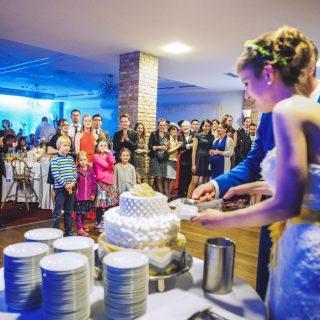 krojenie tortu na weselu, zdjęcia ślubne konin, poznań