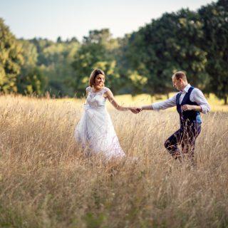naturalny plener ślubny, łąka, kolory jesieni, zdjęcia plenerowe konin