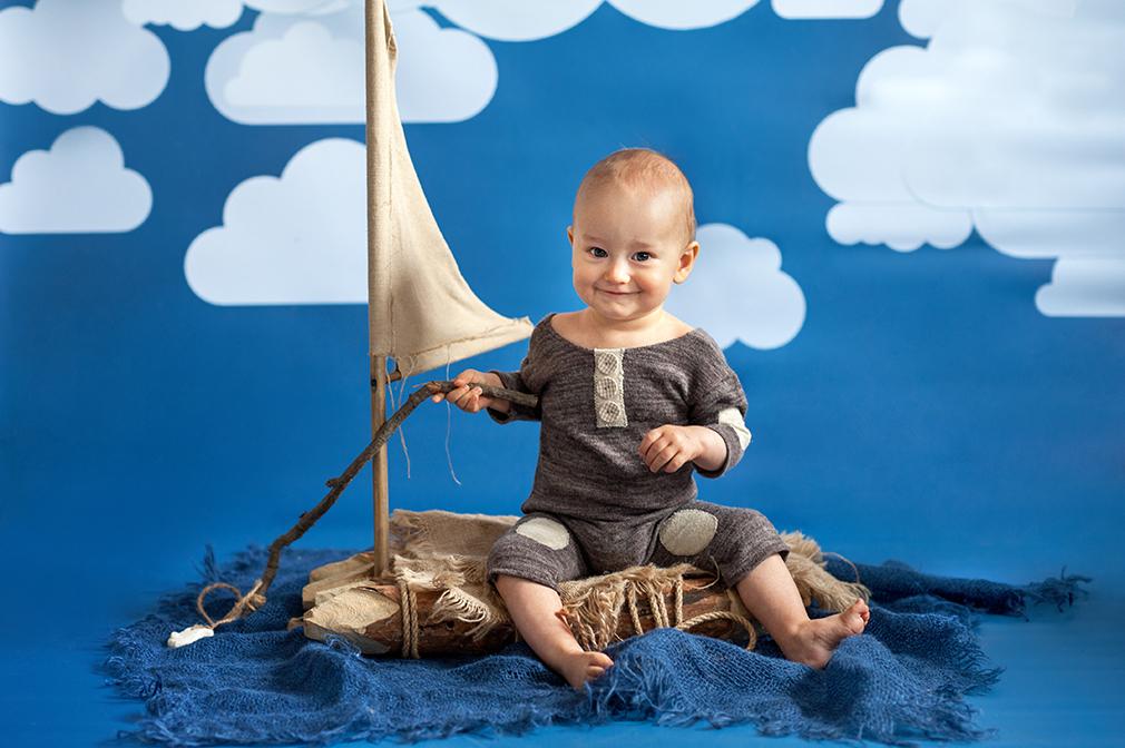 mały żeglarz, ciekawa sesja fotograficzna niemowlaka, dziecko na sesji, gdzie na sesję konin